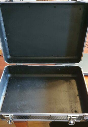 De binnenkant van de koffer mat zwart gespoten