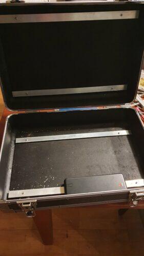 Eerste aluminium strips. gemonteerd aan de voetjes van de koffer. En in de klep ook voor het vasthouden van het scherm.