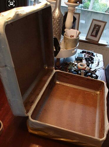 De inhoud van de koffer verwijderd. (Schuim en rubber etc)